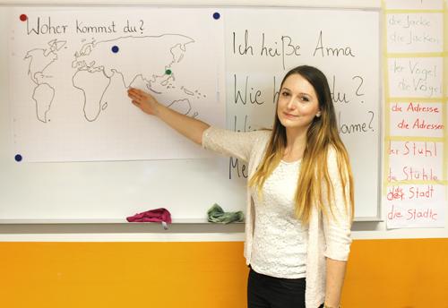 Bild Anna Pustelnik, für den Integrationskurs engagiert, an der Tafel zeigend