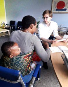 Beratung einer Mutter mit Kind für die Integrationskurse mit Kinder-Betreuung
