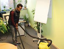 Fortbildung Reinigungsgewerbe junger Mann während der Reinigung eines Büros