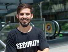 Sicherheitsfachkraft Fortbildung freundlicher junger Mann Sicherheit
