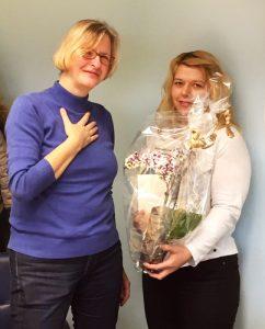 Erfolgreiches 2019 – Jahresausklang 2018: Teilnehmerin überreicht Dozentin Blumen