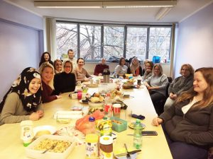 Erfolgreiches 2019 – Jahresausklang 2018 Tisch mit Teilnehmern