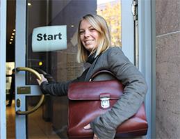 Foto: blonde Frau öffnet die Tür auf der Start steht