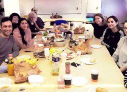 Gruppe Fortbildung für den öffentlichen Verwaltungsbereich beim Oster-Frühstück